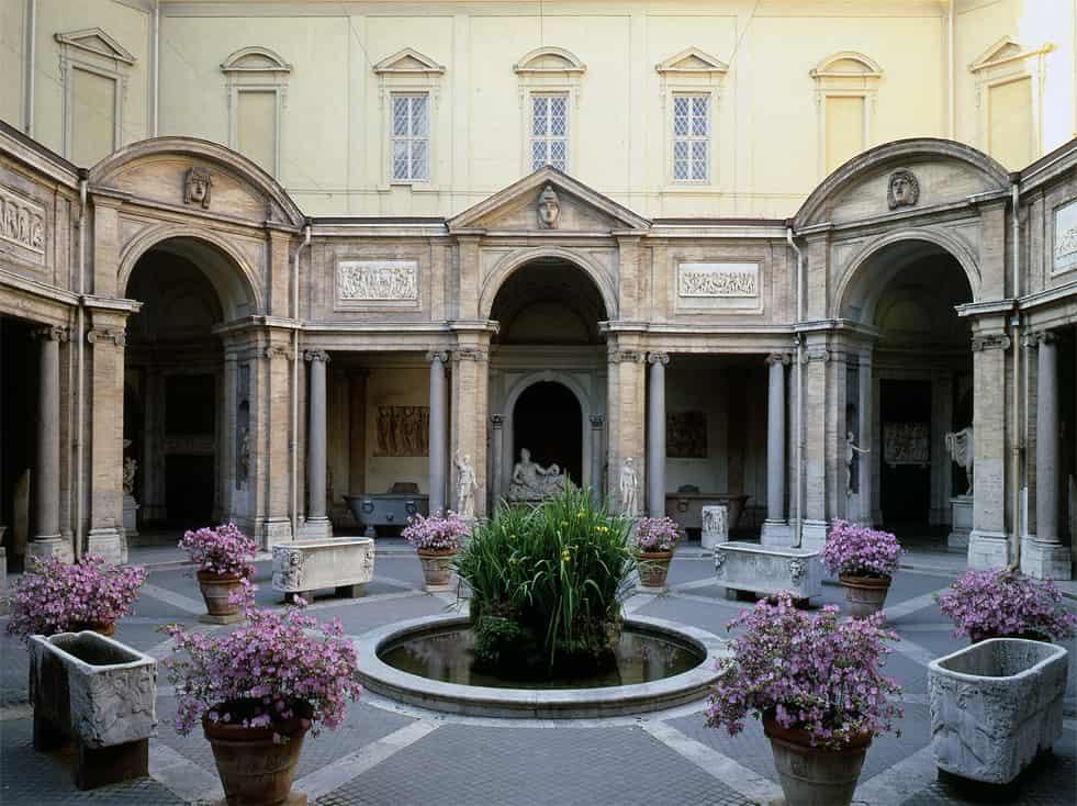 Внутренний дворик дворца Бельведер - фото