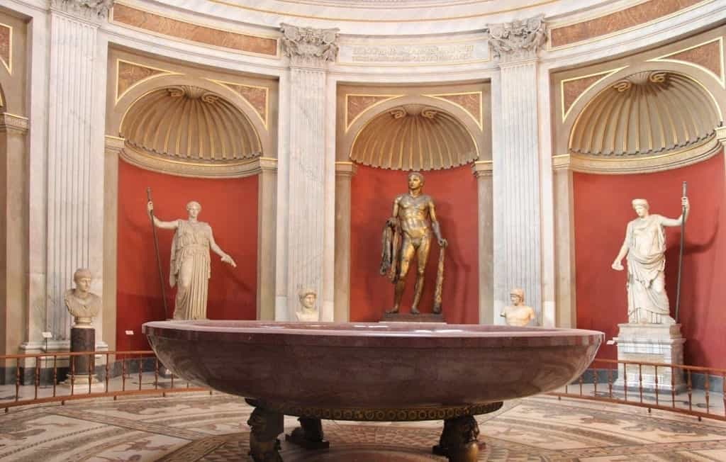 Большая чаша из красного порфира в зале Ротонда - фото