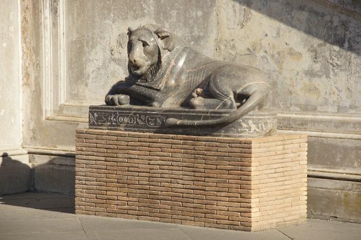 Скульптура льва из Египта при входе в Нишу Бельведера - фото