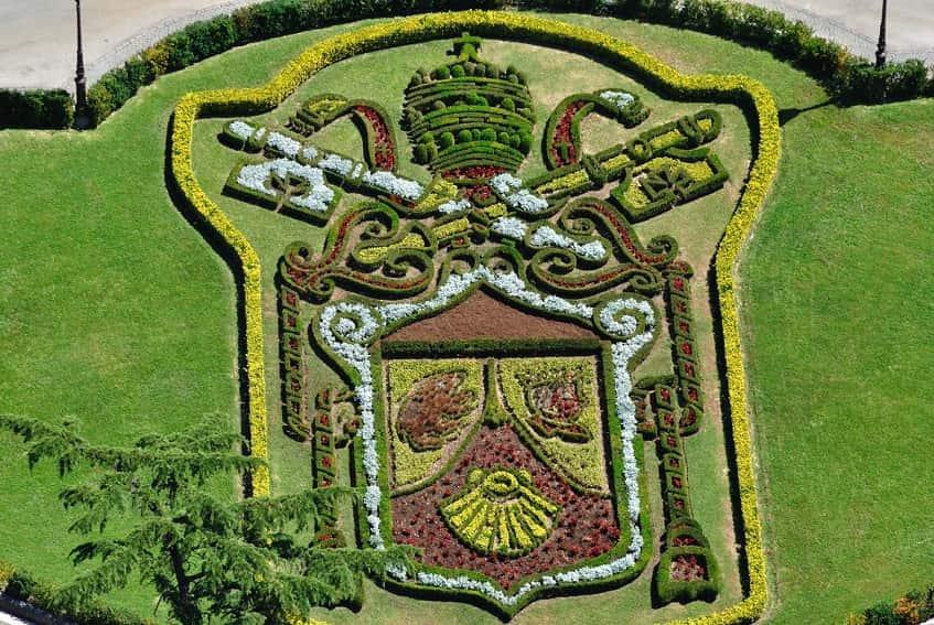 Герб Папы перед Губернаторским дворцом - фото