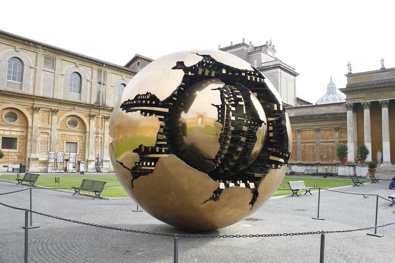 Малый золотой шар внутри большого - фото