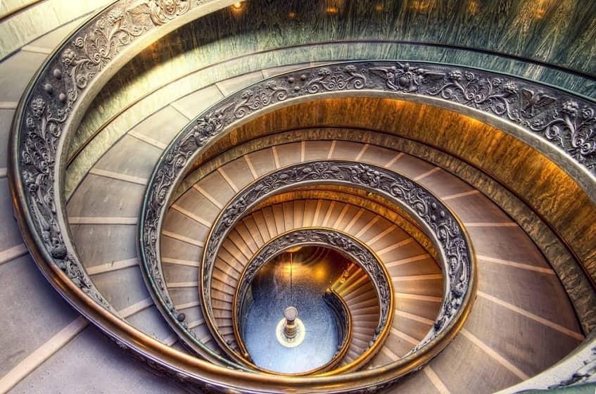 Современная лестница Браманте-Момо - фото