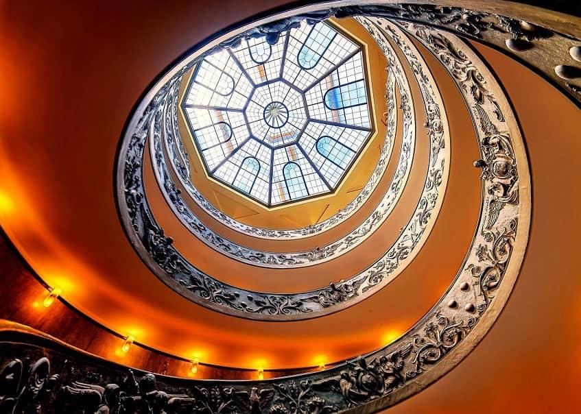 Стеклянный купол над лестницей Браманте-Момо - фото
