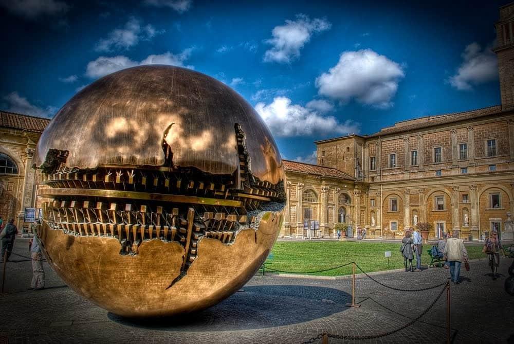 Золотой шар в Ватикане - фото