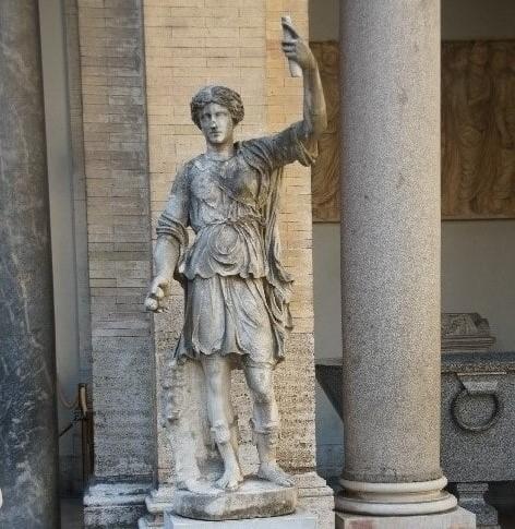 Статуя Аполлона в Бельведерском дворце - фото