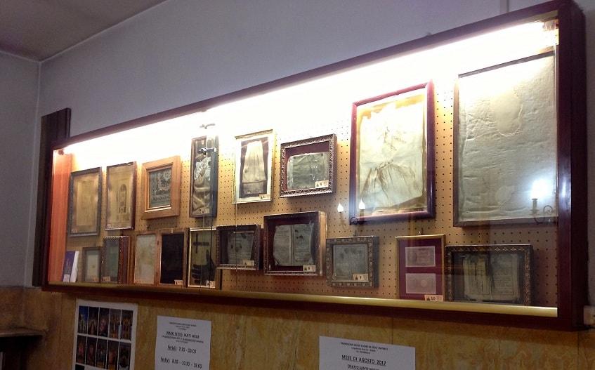 Стенд с экспонатами музея (частичный вид) - фото