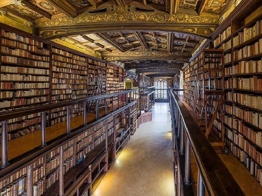 Апостольская библиотека - фото