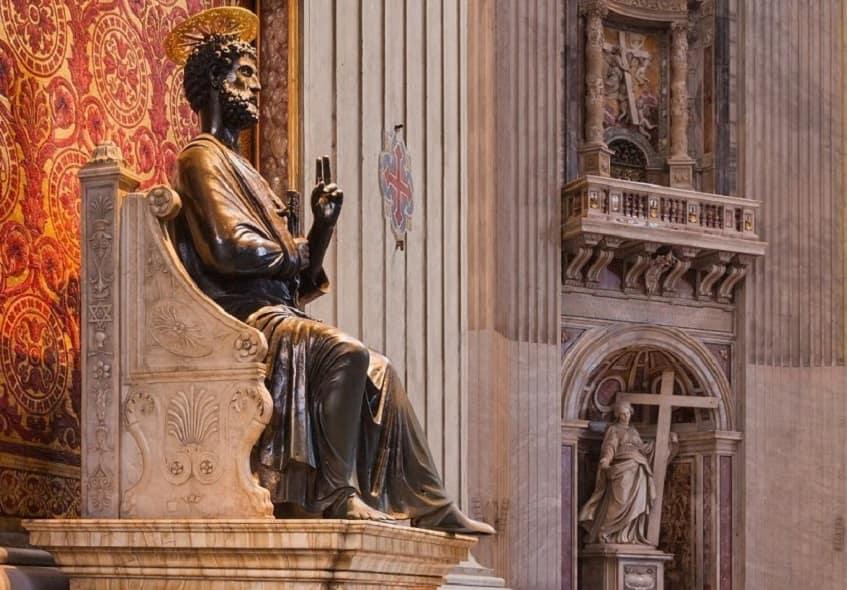 Бронзовая статуя Апостола Петра - фото