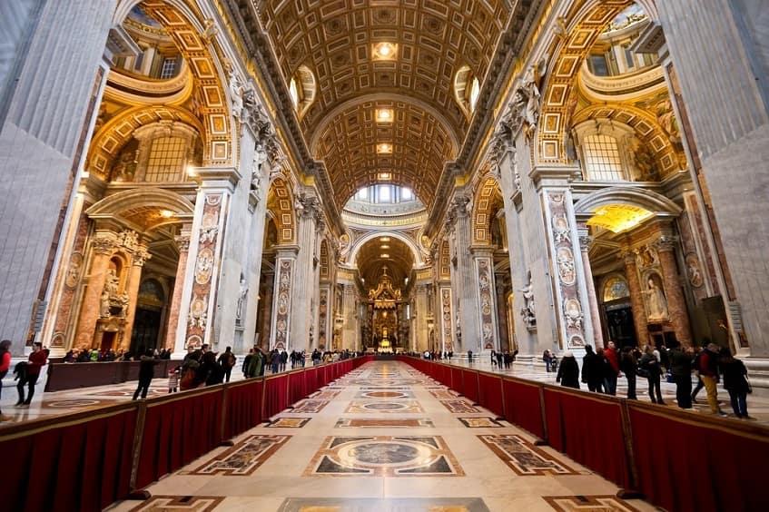 Интерьер собора Святого Петра - фото