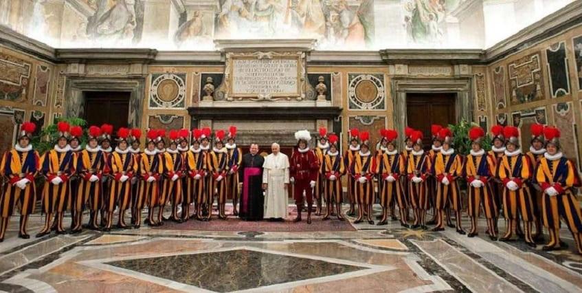 Папа Римский со Швейцарской гвардией - фото