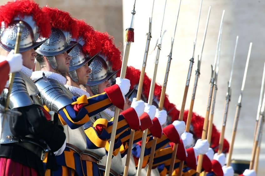 Швейцарская гвардия - настоящая достопримечательность Ватикана - фото