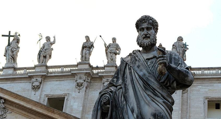 Статуя Святого Петра перед базиликой - фото