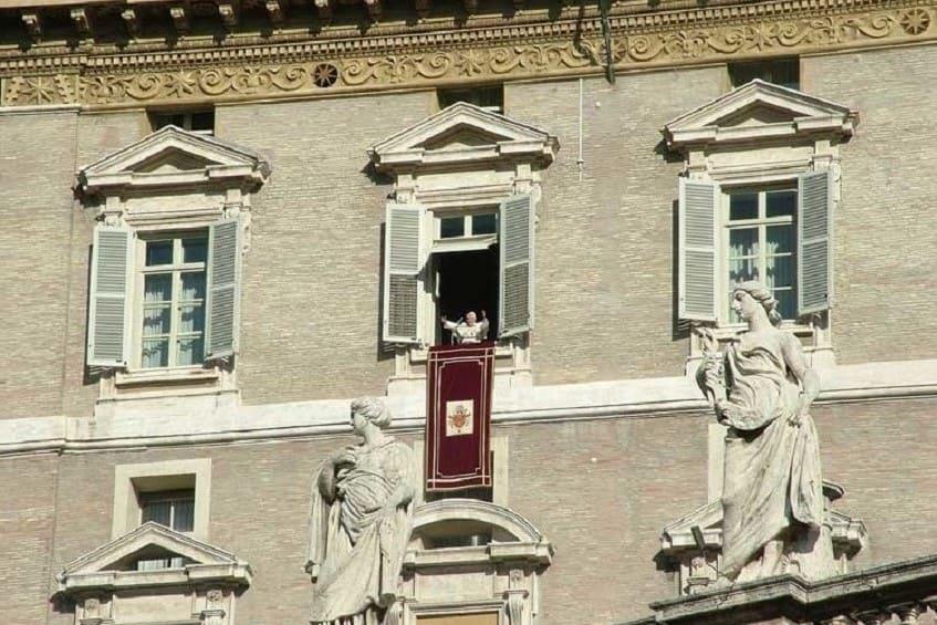 Благословение Папы Римского с окна дворца - фото