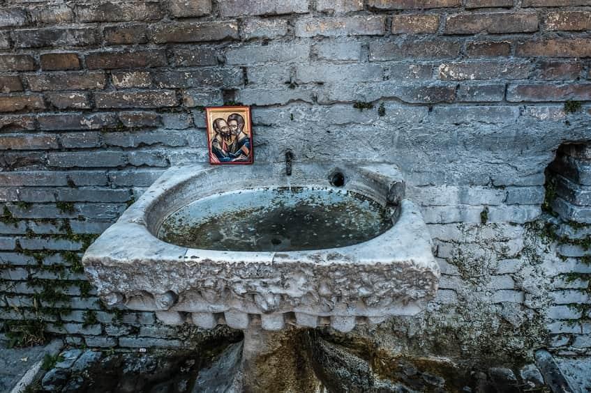 Источник святой воды рядом с Мамертинской тюрьмой - фото
