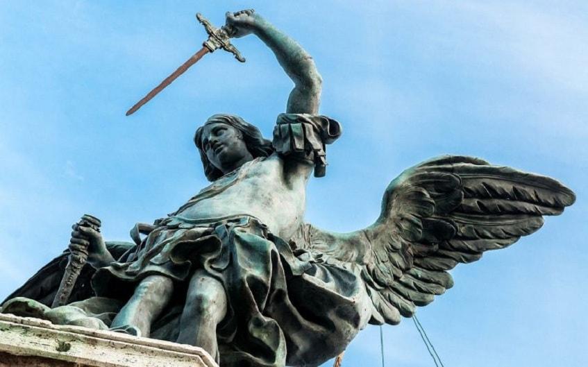 Бронзовая статуя Архангела Михаила - фото