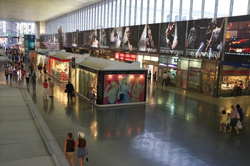 Магазины на территории вокзала - фото