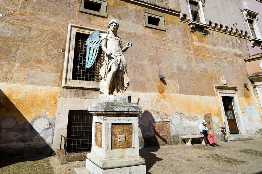 Мраморная скульптура Архангела Михаила в квадратном дворике - фото