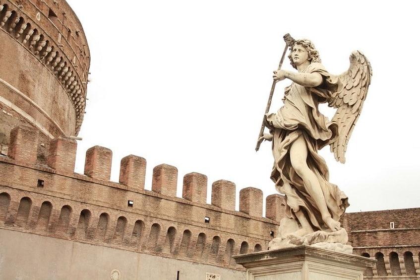 Скульптура ангела на мосту - фото