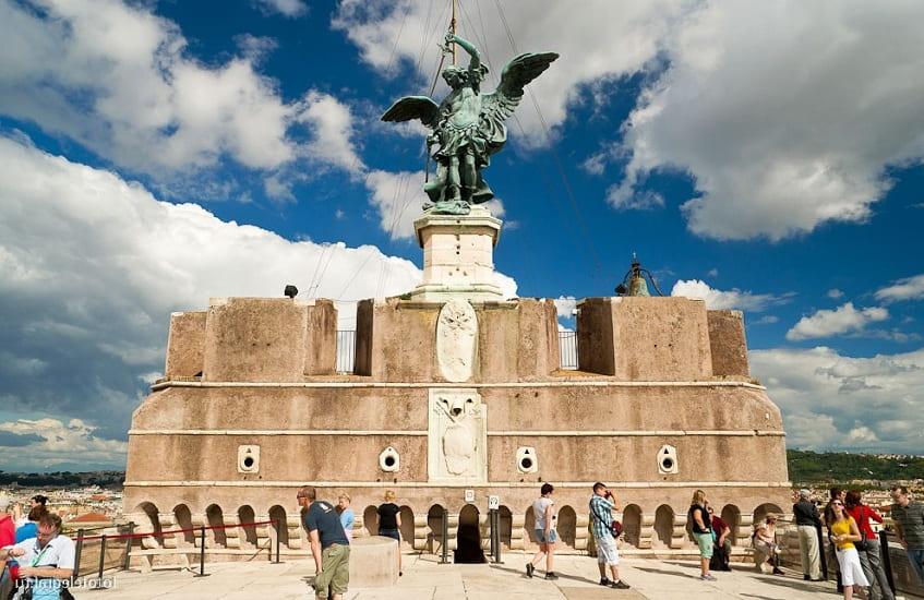 Статуя архангела Михаила - фото