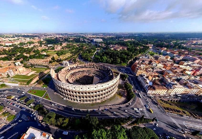 Памятник города с высоты - фото