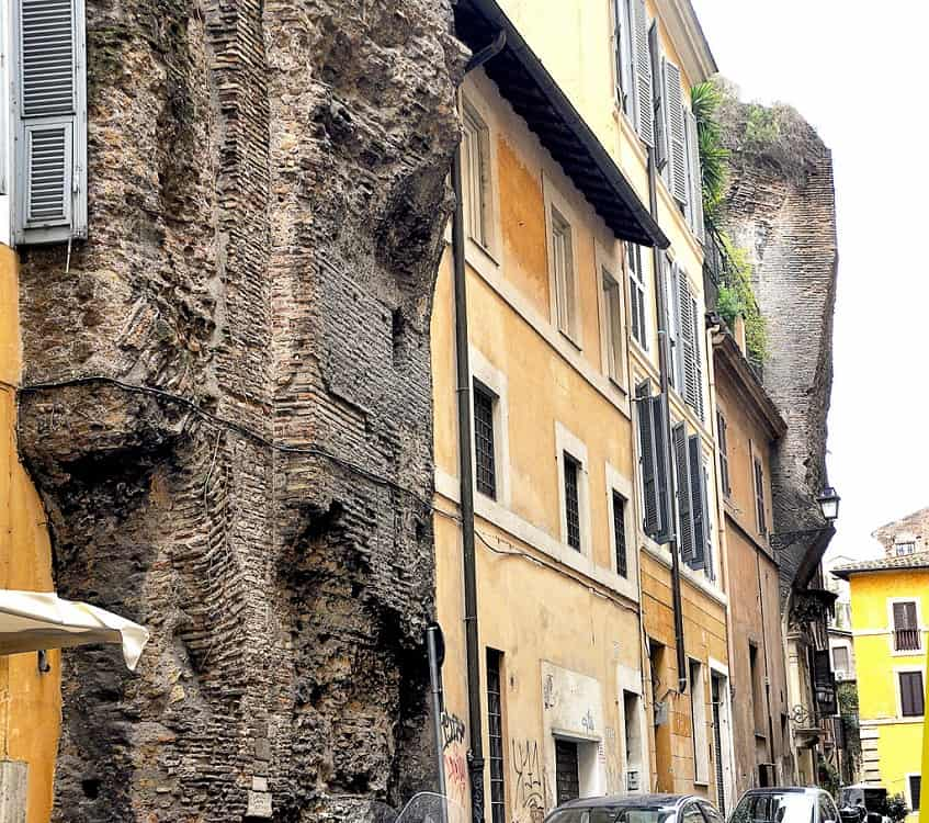Руины терм на улице Via dell'Arco della Ciambella - фото