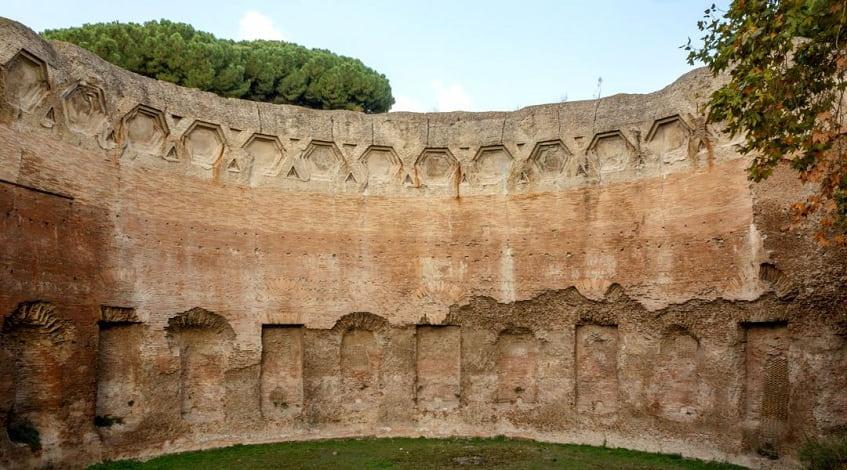 Руины терм по улице Via delle Terme di Traiano - фото