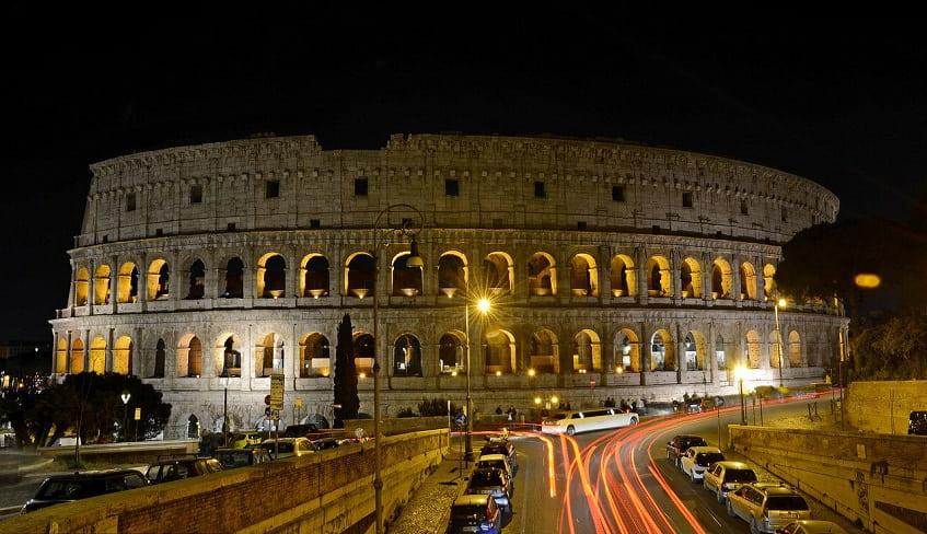 Символ культуры Вечного города ночью - фото
