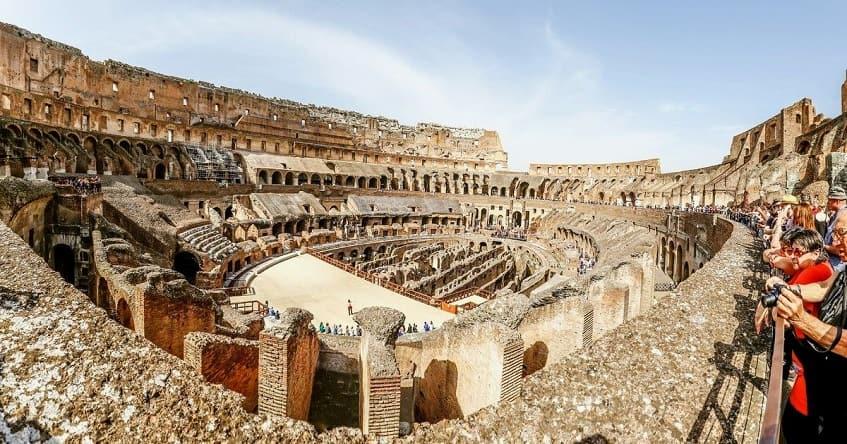 Внутри руин амфитеатра - фото