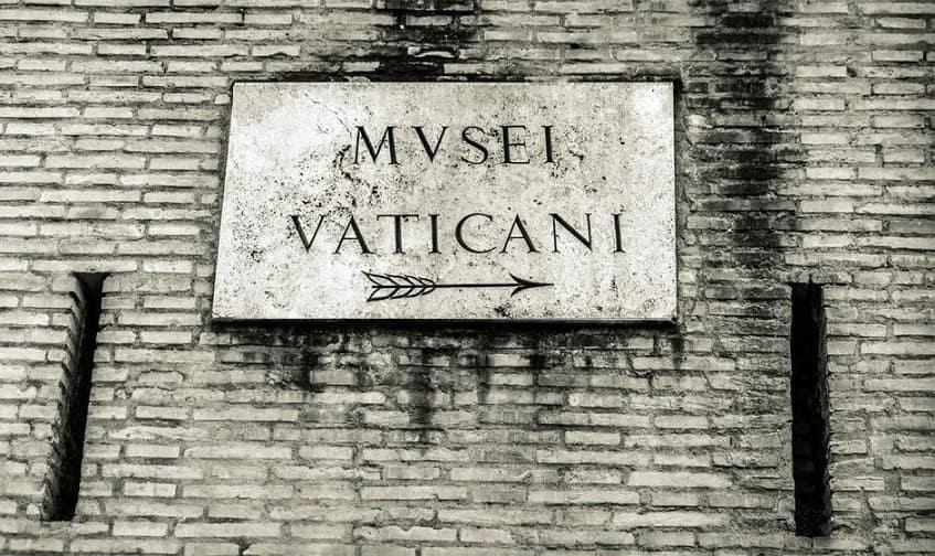Указательная табличка в музеи Ватикана - фото