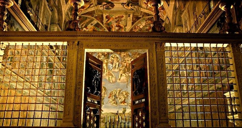Роскошный входной портал в алтарь - фото