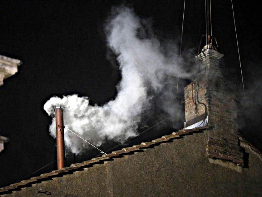 Значимый белый дым с трубы - фото