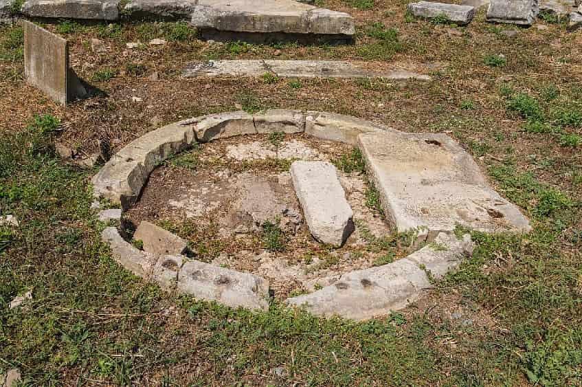 Фундамент храма Венеры - Клоакины - фото
